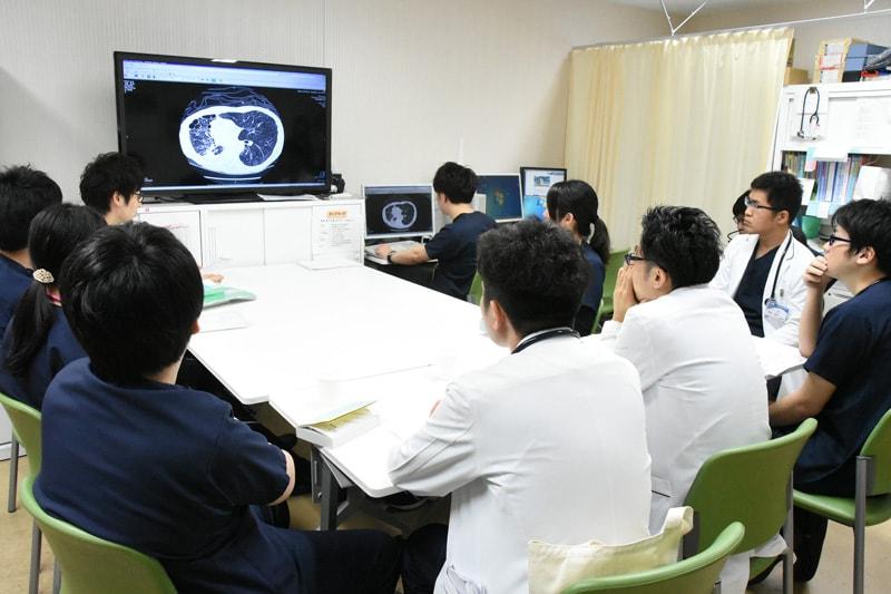 総合診療科では毎日2時間におよぶカンファレンスを開いています