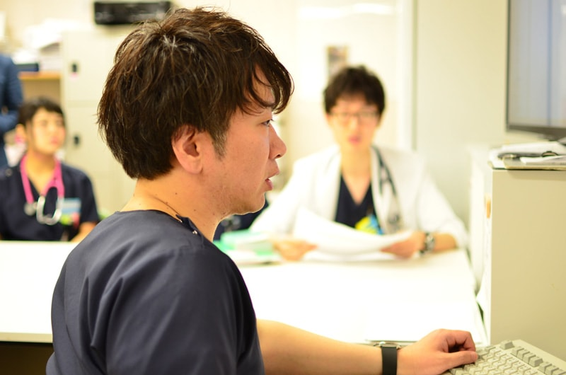 「興味を持っていただけた先生は、面接前に是非一度、まずは総合診療科の カンファレンスを見学に来ていだきたい」と話す鶴先生