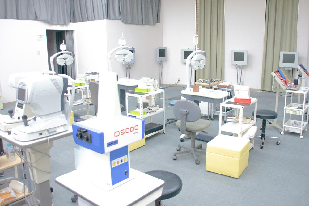 検査機器は広く配置。奥の部屋に診察室がある。
